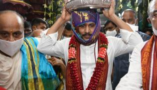 CM YS Jagan offers pattu vastralu to goddess kanaka durga Photo Gallery - Sakshi