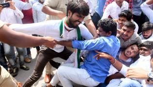 Students protest at JNTU Hyderabad Photo Gallery - Sakshi