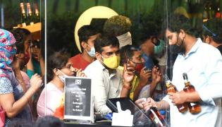 Huge Queue Liquor Shops After Telangana Lockdown - Sakshi