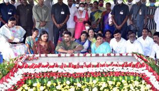 ys vijayamma and sharmila pays tribute ysr - Sakshi