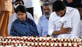 YS Jagan Wife YS Bharati Pays Tribute To YSR Ghat at Idupulapaya - Sakshi