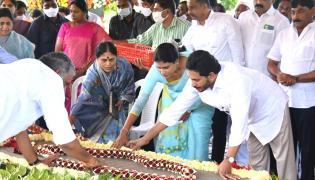 CM YS Jagan & His Family Pays Tribute To Dr YSR at YSR Ghat - Sakshi