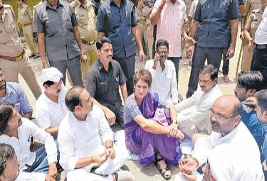 Priyanka Gandhi continues dharna against UP authorities - Sakshi