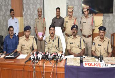 Police Arrested A Gang Of Counterfeit Notes For Allegedly  - Sakshi