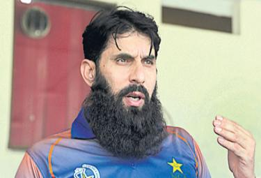 Coach Misbah Ul Haq Sets Up New Diet Plan For Pak Cricketers - Sakshi