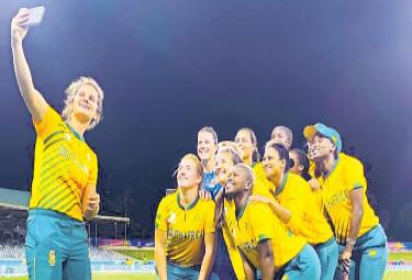 South Africa register maiden T20 World Cup win against England - Sakshi