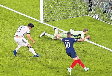 Hummels own goal gifts France 1-0 win over Germany - Sakshi