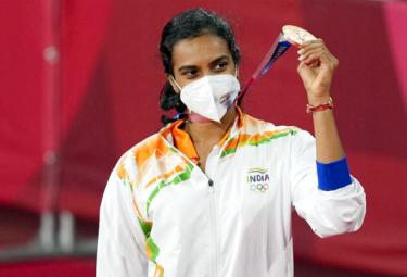 Tokyo Olympics Grand Welcome For PV Sindhu Delhi Airport After Won Bronze - Sakshi