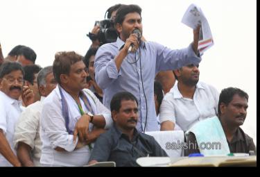 ys jagan mohan reddy supports dharmavaram weavers hunger strike