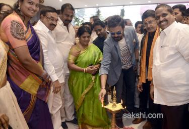victory venkatesh at Rajamahendram - Sakshi
