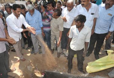 YS Vivekananda Reddy's last rites completed at Raja Reddy ghat - Sakshi
