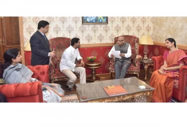 YS jagan meets Governor ESL Narasimhan Photo Gallery - Sakshi