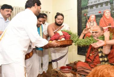 CM YS Jagan takes blessings from Swami Swaroopananda Photo Gallery - Sakshi