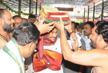 CM Ys Jagan Gisits Gandi Anjaneya Swamy Temple at Kadapa - Sakshi