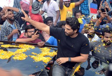 Stylish Star Allu Arjun In Kakinada Photo Gallery - Sakshi