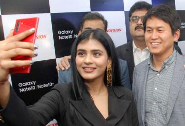 Hebah Patel Launches Samsung Galaxy Note 10 at Technovision Mobile Store Photo Gallery - Sakshi