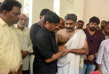 Celebrities pay tribute to actor Devadas Kanakala Photo Gallery - Sakshi