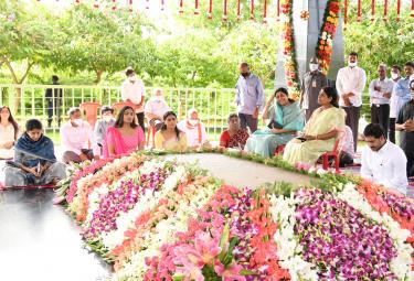 YS Jagan Family Pays Tribute To YS Rajasekhara Reddy Idupulapaya  - Sakshi