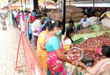 Huge Queue Lines For Subsidized Onions In Rythu Bazaars In Andhra Pradesh Photo Gallery - Sakshi