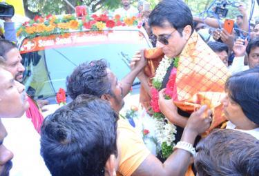 Real Hero Sonu Sood Suprise Visit To Tank Bund  Shiva ... - Sakshi