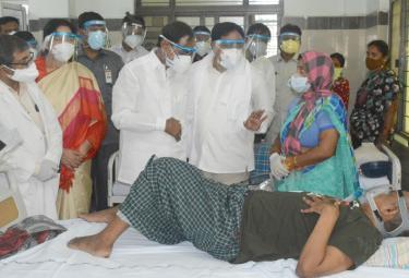 CM KCR Visits Warangal MGM Hospital Photo gallery - Sakshi