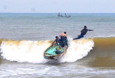 Small Boat Capsized At Coastal Area Of Vizianagaram - Sakshi