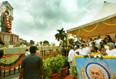 CM KCR And Governor Tamilisai Inaugurates PV Narasimha Rao Statue Photo Gallery - Sakshi