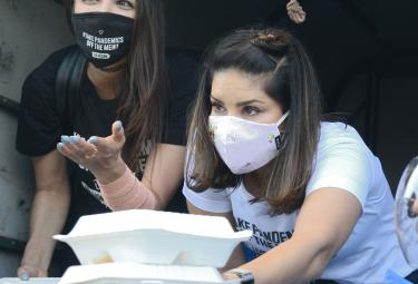Sunny Leone and Daniel Weber distribute food packets Photo Gallery  - Sakshi