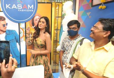 rx 100 actress payal rajput in warangal - Sakshi