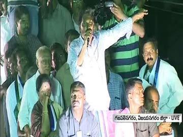 గజపతినగరంలో ప్రసంగిస్తున్న వైఎస్ జగన్ - Sakshi