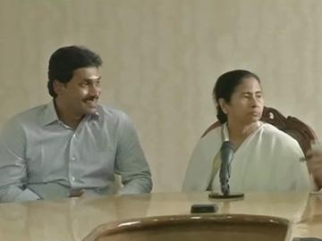 జగన్ నా తమ్ముడి లాంటివారు.. నా బాట సమైక్యమే: మమత - Sakshi