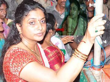 ఎమ్మెల్యే రోజాపై దాడి, చేతికి తీవ్ర గాయం - Sakshi