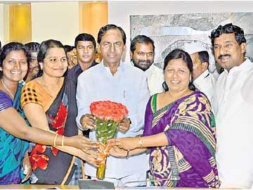 సీఎం కేసీఆర్ ప్రకటనపై ఉద్యోగ సంఘాల హర్షం - Sakshi