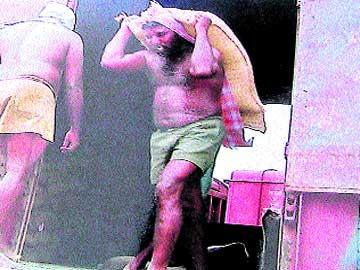 కర్నూలులో రైల్వే వ్యాగన్ హమాలీగా బియ్యం బస్తాలు మోస్తున్న భాస్కర్(ఫైల్)