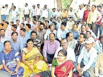 తెలంగాణ, ఆంధ్రా ఉద్యోగుల బాహాబాహీ - Sakshi