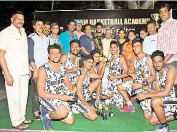 ఇన్కమ్ ట్యాక్స్ జట్టుకు ట్రోఫీ అందజేస్తున్న దత్తాత్రేయ - Sakshi
