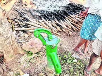 రాజధానిలో  రౌడీలు - Sakshi