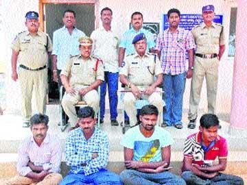 హత్య కేసులో నలుగురి అరెస్టు - Sakshi