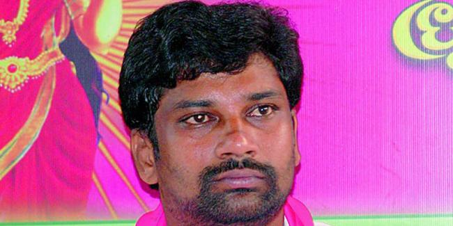 MP Balaku Suman said that students should stand in the direction of KCR - Sakshi