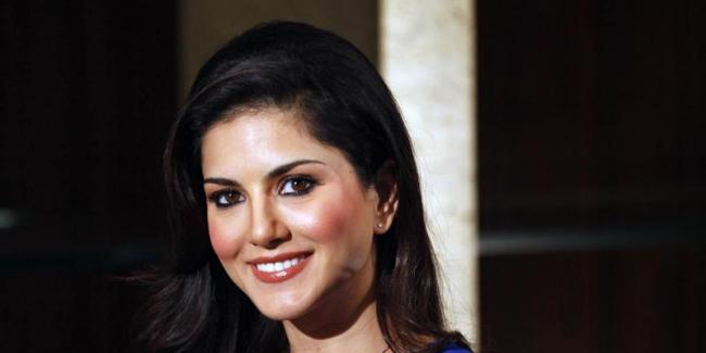 Sunny Leone : i standing for National Anthem - Sakshi