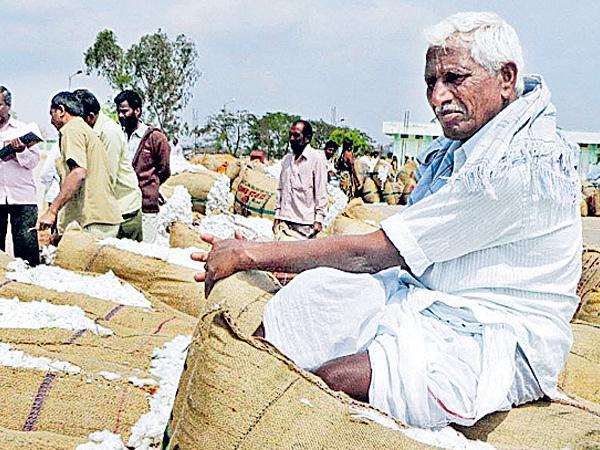 3 TS farmers commit suicide on single day - Sakshi