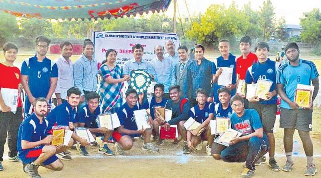 Bhavans team got  handball title in inter college tournament - Sakshi