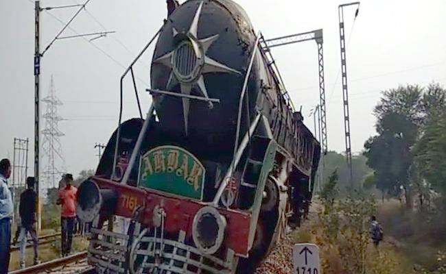 Movie rail Engine Akbar derailed in Haryana - Sakshi