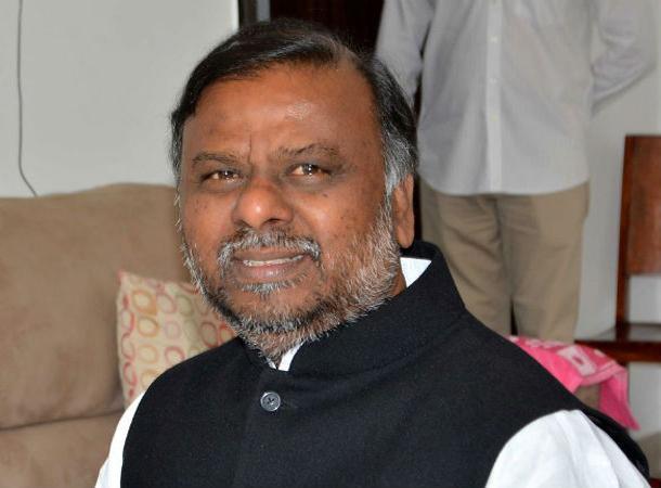 Karnataka Minister anjaneya scolds his staff - Sakshi