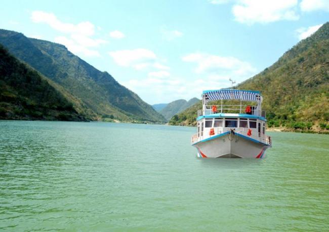 Monitoring and live jackets unavailable in godavari river boats - Sakshi