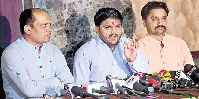 Hardik Patel accepts Congress quota deal, pledges support - Sakshi - Sakshi