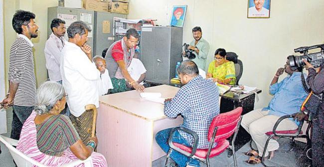 elderly couple are grateful to the 'sakshi' article on them - Sakshi