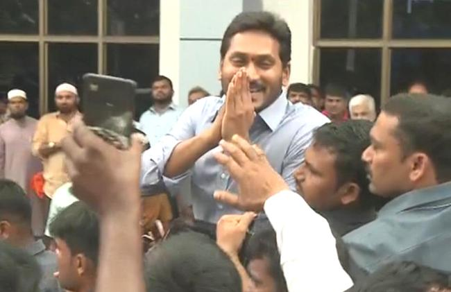 YS Jagan Mohan reddy at Pulivendula, offers prayers - Sakshi