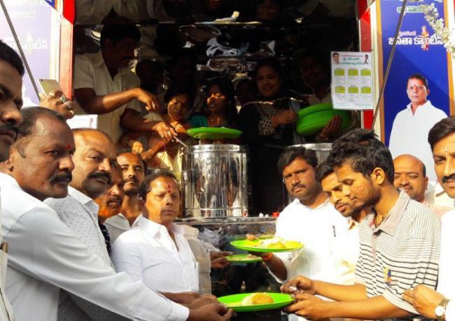 YSRCP Leader Naveen Nischal starts Janata Canteen in Hindupur - Sakshi