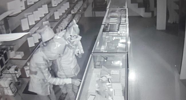 robbery in mobile store - Sakshi